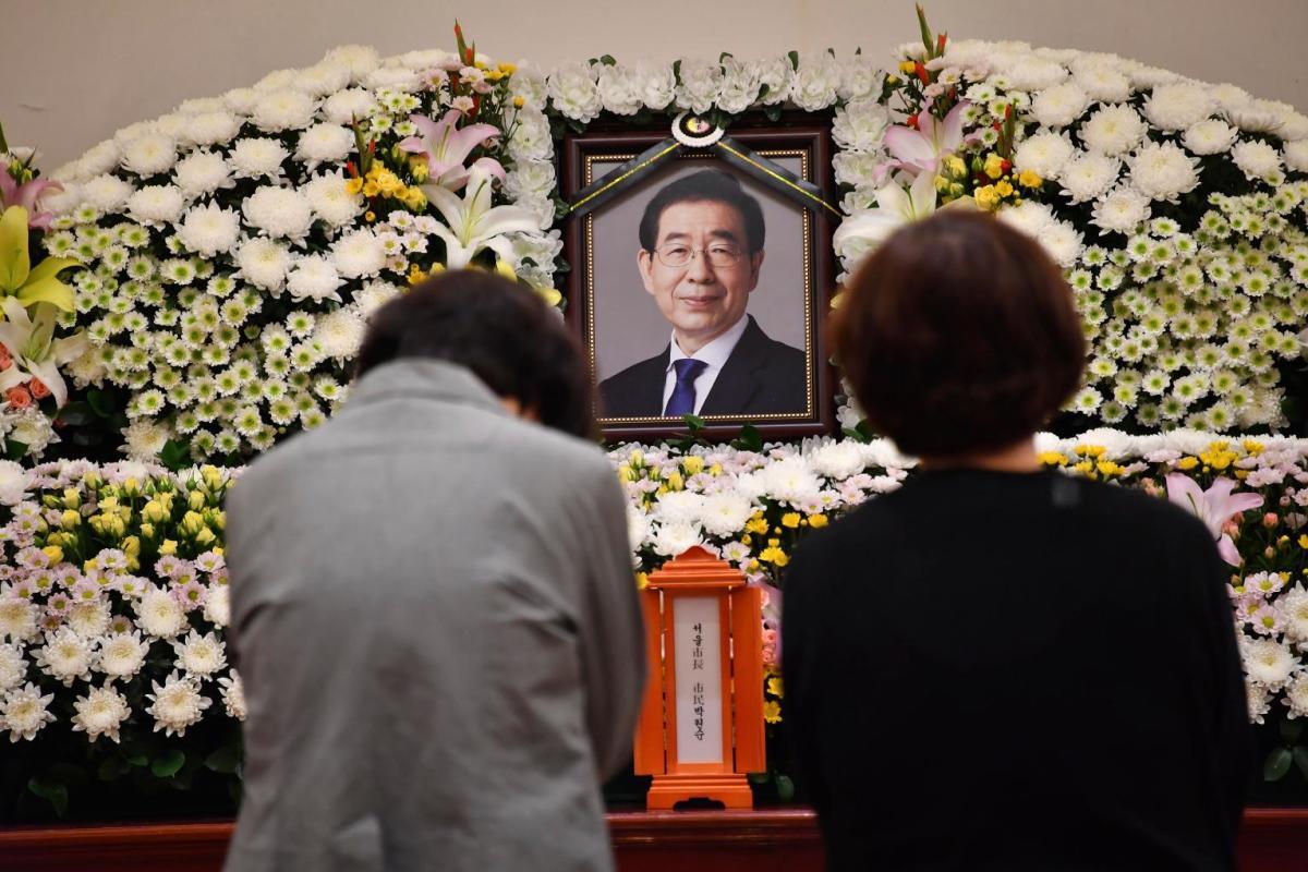 Người dân tưởng niệm thị trưởng Park tại Bệnh viện Đại học Quốc gia Seoul, Hàn Quốc, hôm 10/7. Ảnh: Reuters.