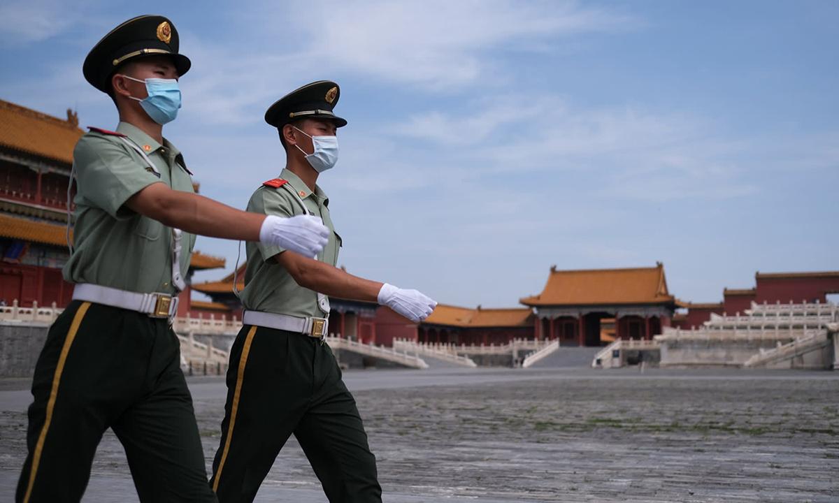 Cảnh sát Trung Quốc tuần tra ở Tử Cấm Thành, thủ đô Bắc Kinh. Ảnh: Reuters.