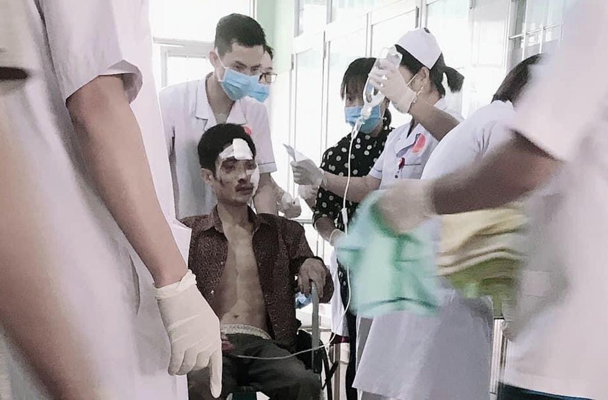 Nạn nhân được đưa vào bệnh viện. Ảnh: Trần Hóa.