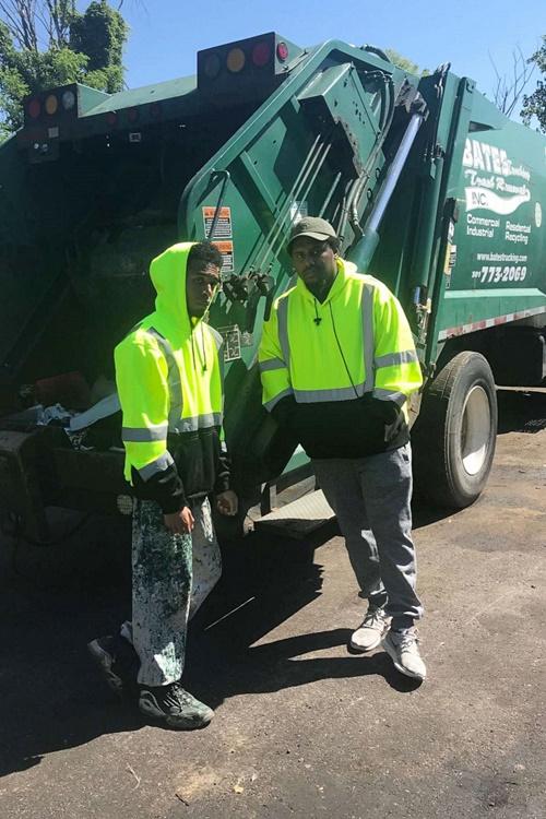Rehan (trái) vẫn tiếp tục công việc thu gom rác khi ở Đại học Maryland. Ảnh: Rehan