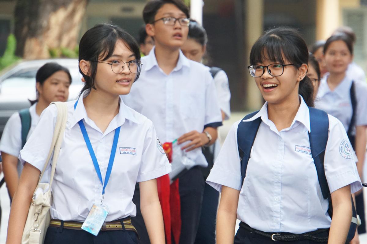 Thí sinh sau giờ thi Toán không chuyên tại điểm thi trường Đại học Khoa học Tự nhiên (Đại học Quốc gia TP HCM). Ảnh: Mạnh Tùng.