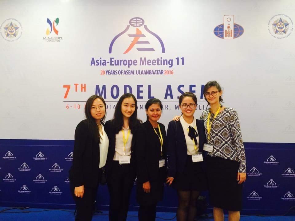 Phương Mai (thứ hai từ phải sang) tại sự kiện Model ASEM 2016 tổ chức ở Ulaanbaatar, Mông Cổ. Ảnh: Nhân vật cung cấp