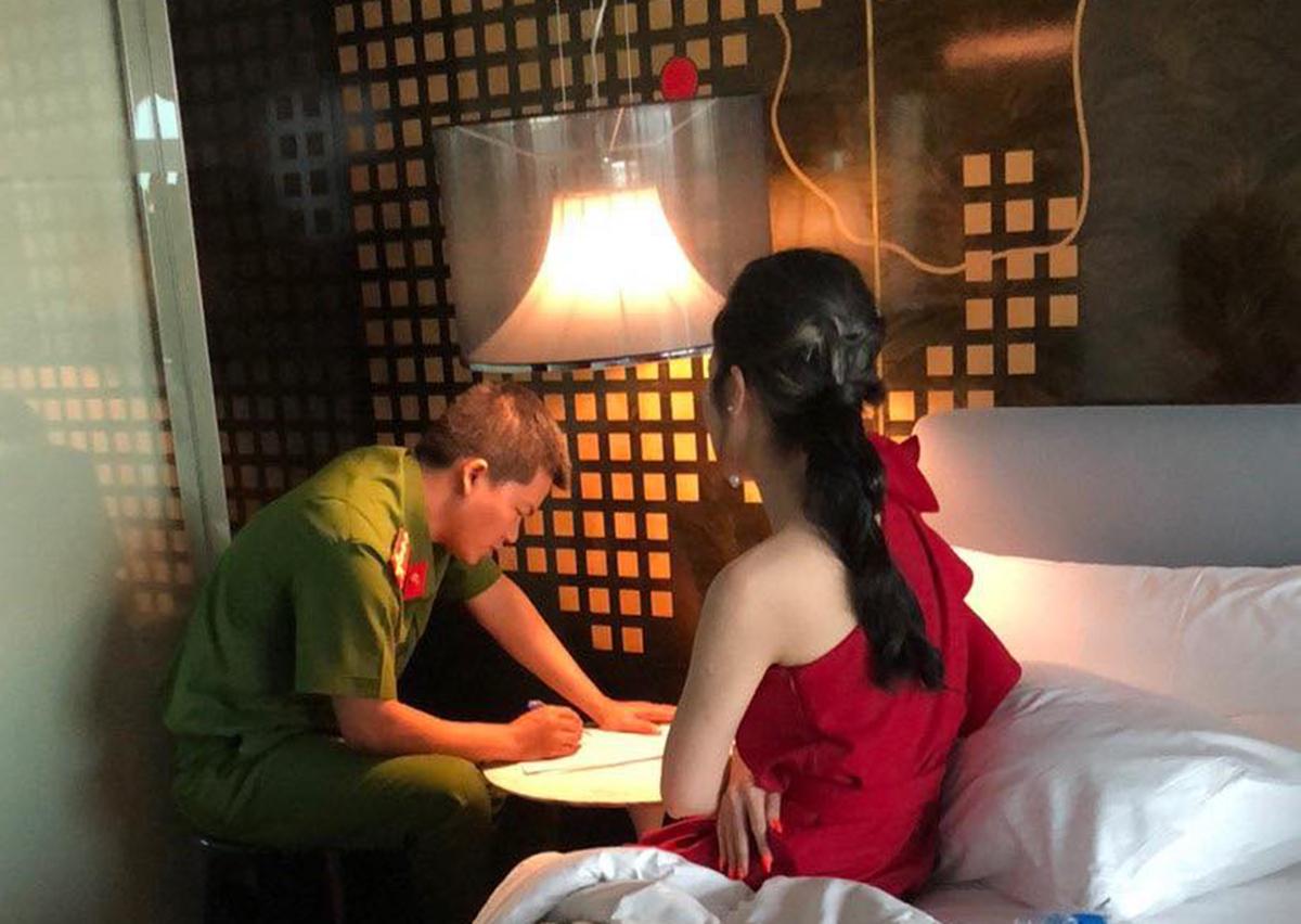 Cô gái bị bắt quả tang bán dâm cho khách. Ảnh: Quốc Thắng.