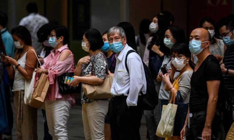 Người dân Hong Kong đeo khẩu trang trên đường phố hôm 10/7. Ảnh: AFP.