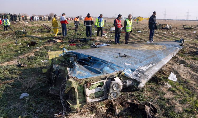Mảnh vỡ máy bay Boeing 737-800 tại hiện trường tai nạn ở ngoại ô Tehran ngày 8/1. Ảnh: AFP.
