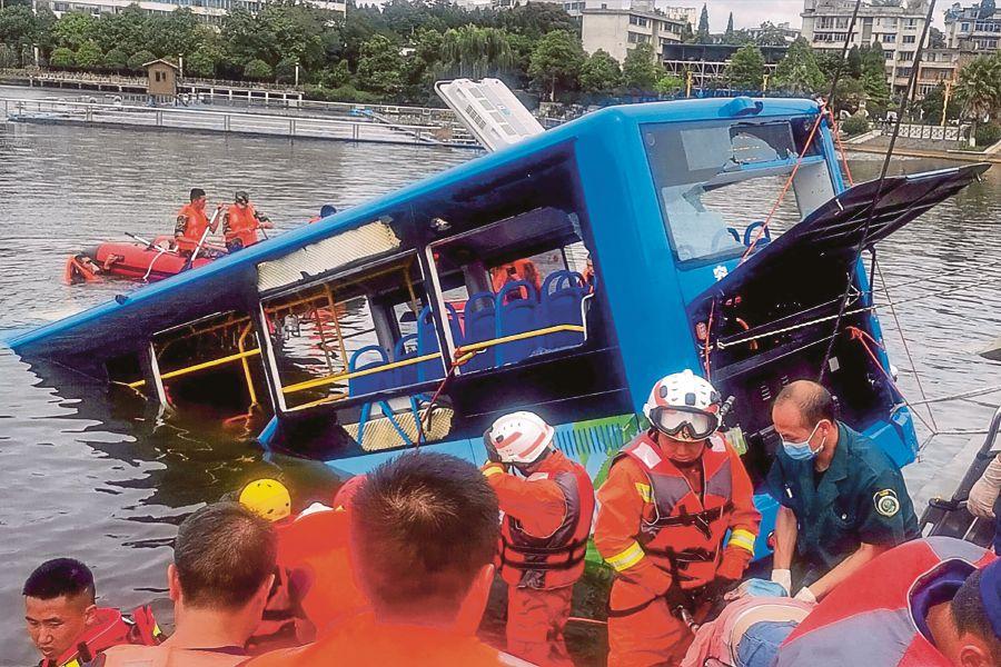 Xe buýt lao xuống hồ nước ở thị trấn An Thuận, tỉnh Quý Châu, Trung Quốc, trưa 7/7. Ảnh: AFP