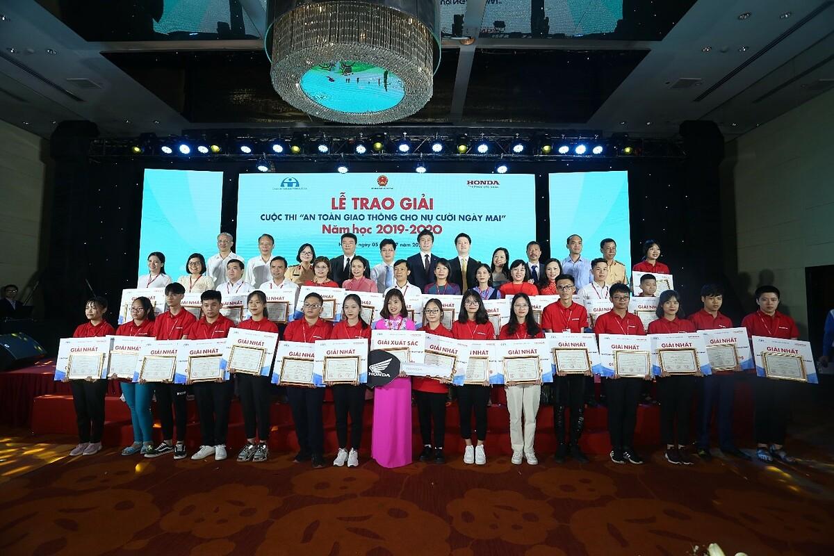 Ban tổ chức trao giải thưởng cho học sinh và giáo viên.