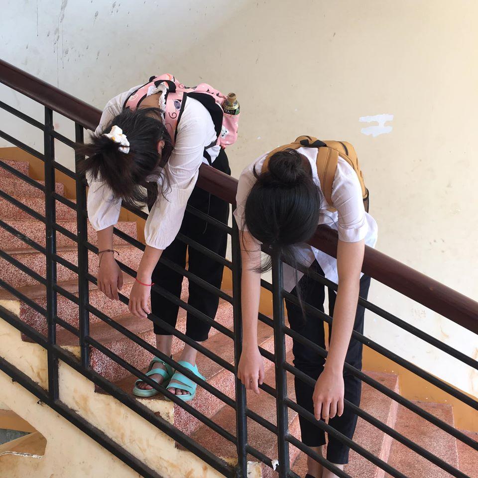 Hai nữ sinh chụp bộ ảnh chủ đề quá bất lực với thi cử - 6