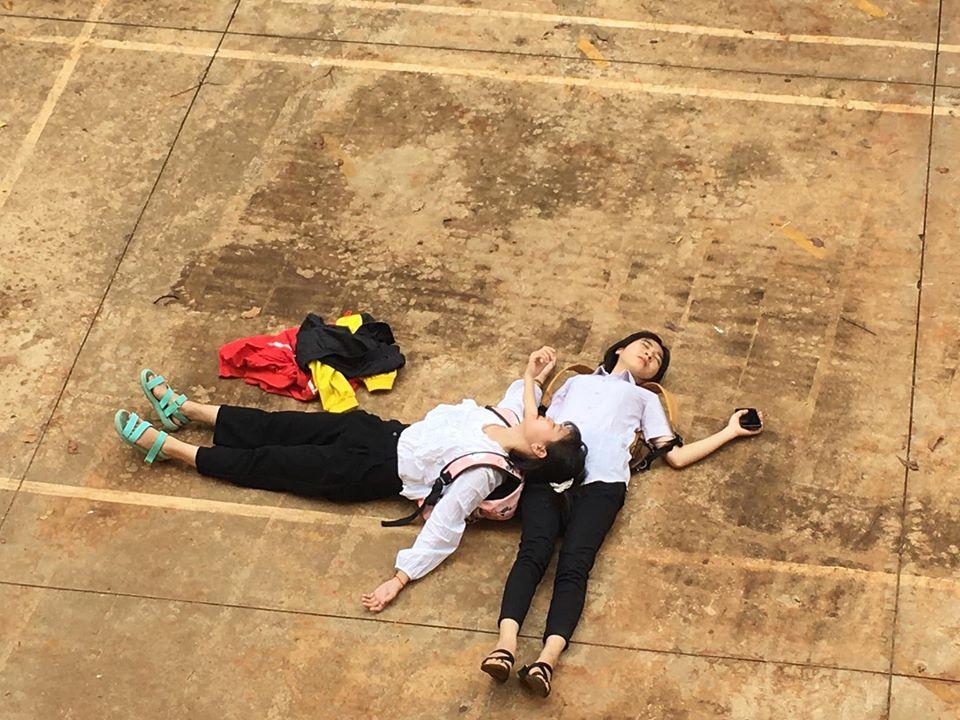 Hai nữ sinh chụp bộ ảnh chủ đề quá bất lực với thi cử - 2