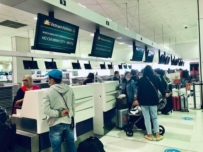 Công dân Việt Nam làm thủ tục tại sân bay Australia trước khi về nước hôm 3/7. Ảnh: Bộ Ngoại giao