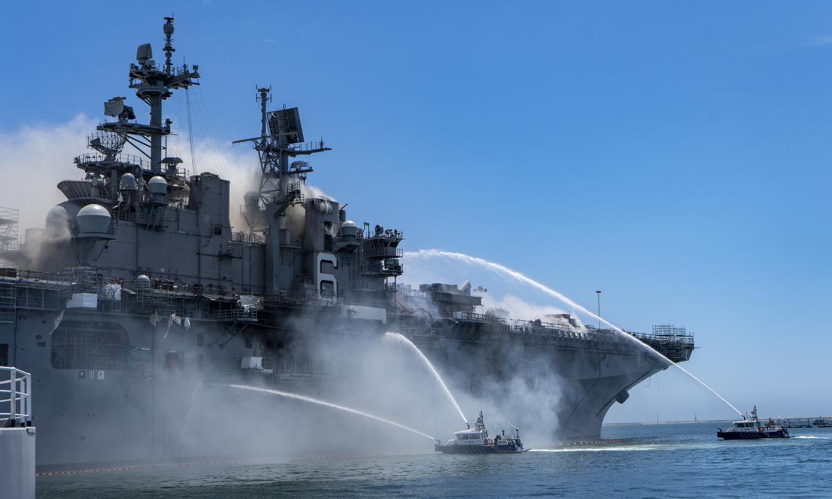Lực lượng cứu hỏa phun nước làm mát vỏ tàu USS Bonhomme Richard hôm 12/7. Ảnh: US Navy.