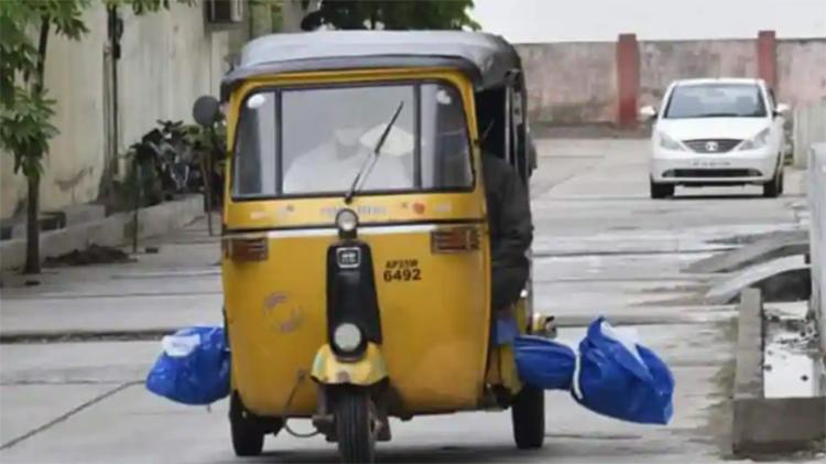 Thi thể nạn nhân Covid-19 được chở bằng xe tuktuk đến nghĩa trang ở thành phố Nizamabad, bang Telangana hôm 10/7. Ảnh: Hindustan Times