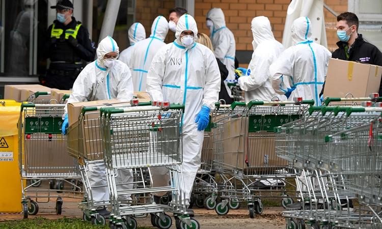 Nhân viên cơ quan cứu hỏa chuẩn bị vận chuyển thực phẩm cho người dân ở Melbourne, Australia, hôm 9/7. Ảnh: AFP.