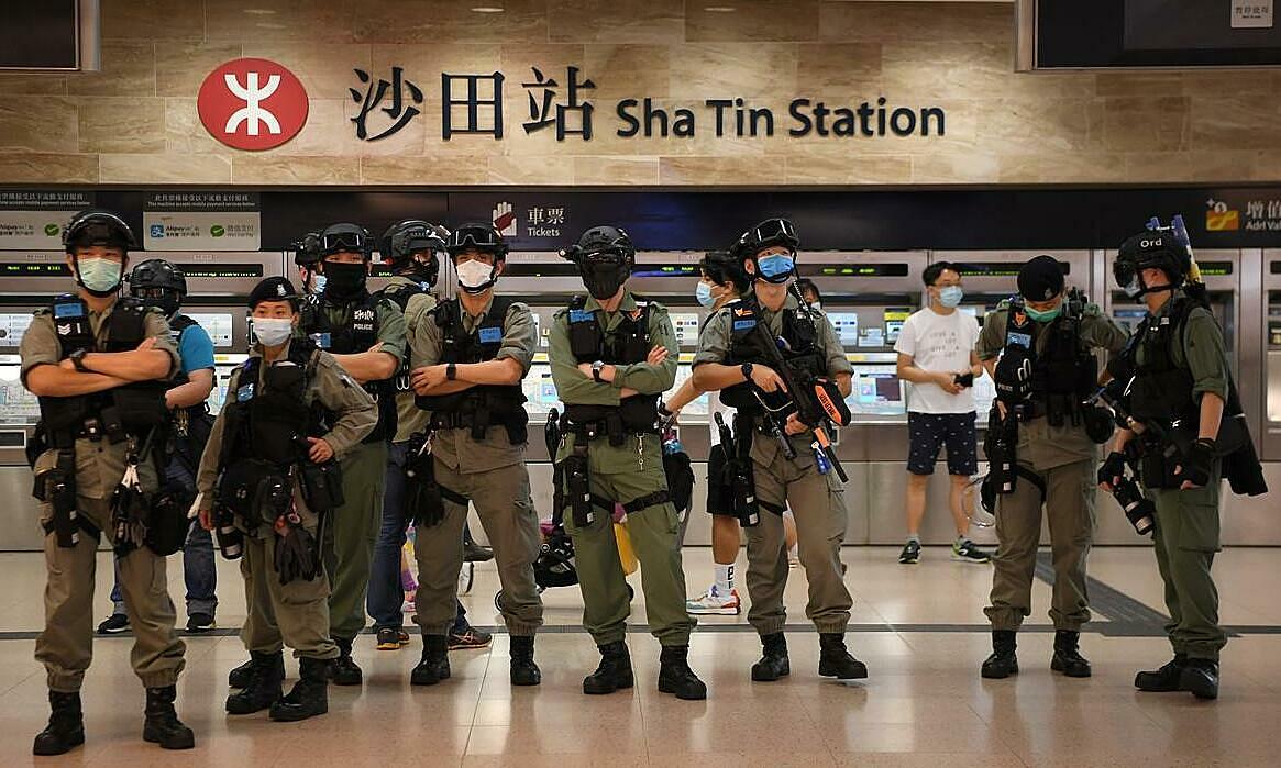 Cảnh sát được triển tại ga tàu điện ngầm trong trung tâm thương mại New Town Plaza, Hong Kong, ngày 12/6. Ảnh: Reuters.