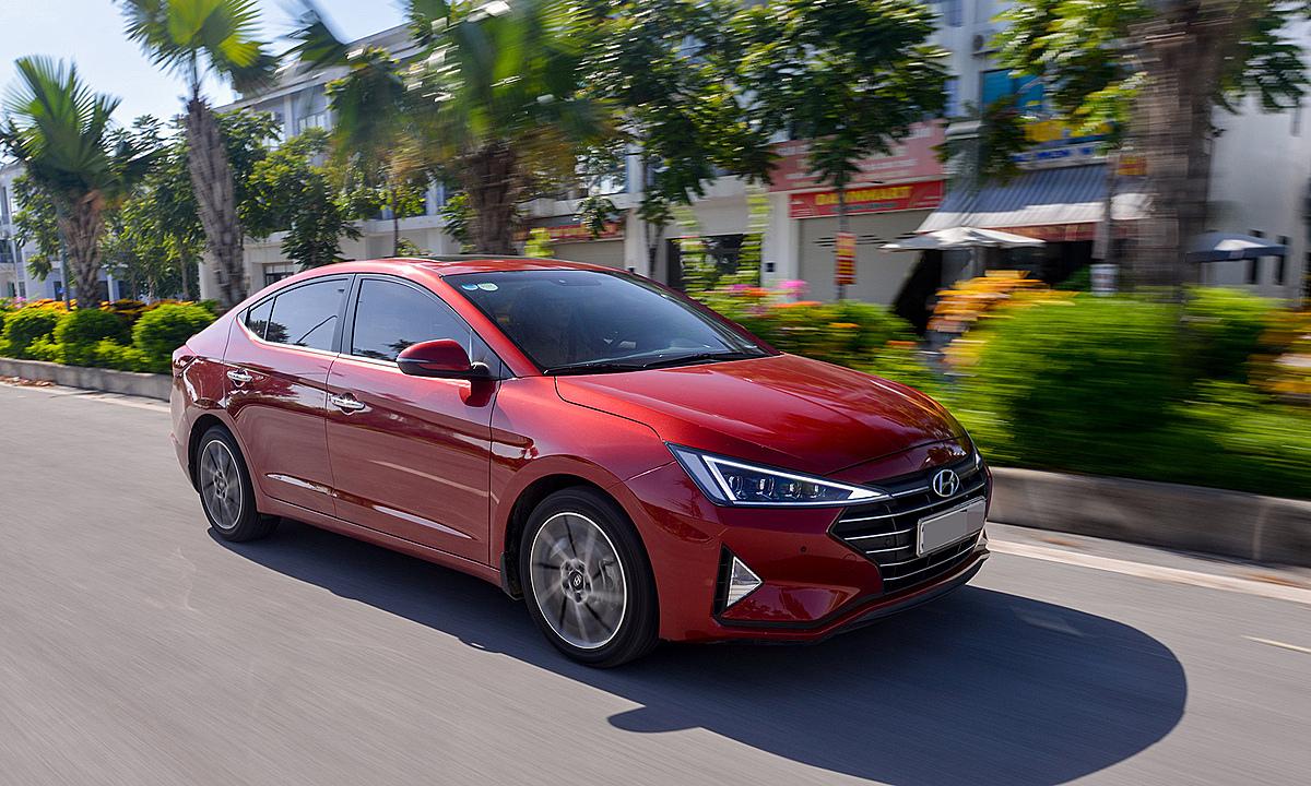 Hyundai Elantra, mẫu sedan phân khúc C lăn bánh trên phố ở Hà Nội. Ảnh: TC Motor