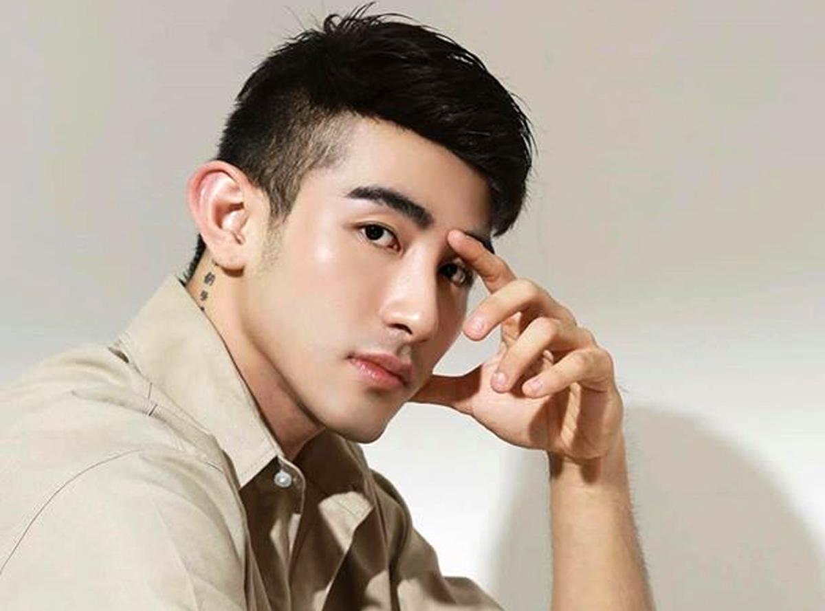 Ngoài hình ảnh hotboy, các trang cá nhân của Lục Triều Vỹ cũng có nhiều hình nhạy cảm, khoe thân.