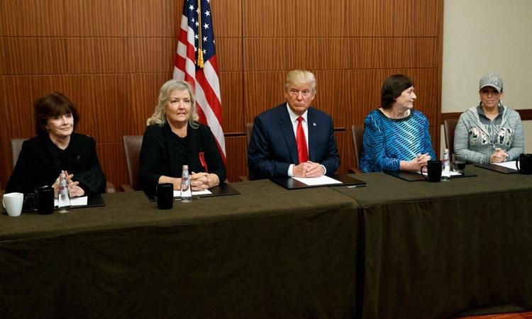 Trump ngồi giữa những người phụ nữ cáo buộc Bill Clinton quấy rối tình dục và chỉ trích Hillary Clinton tại Missouri ngày 9/10/2016. Ảnh: AP.