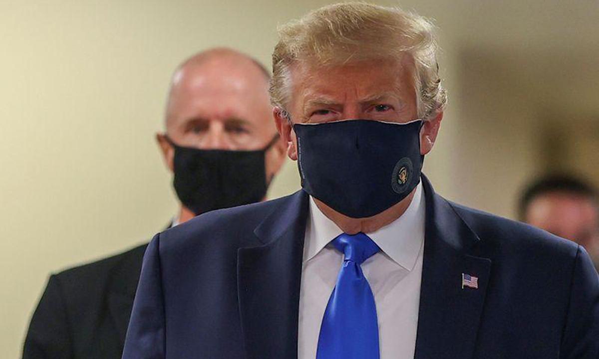 Tổng thống Donald Trump lần đầu đeo khẩu trang khi tới thăm Trung tâm Y tế Quân đội Quốc gia Walter Reed ở Bethesda, bang Maryland, ngày 11/7. Ảnh: Reuters.