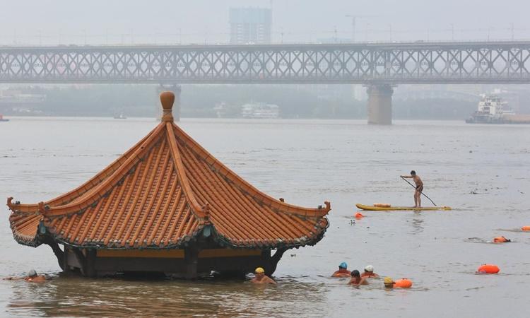 Một ngôi đình ở thành phố Vũ Hán, tỉnh Hồ Bắc, Trung Quốc, bị ngập gần đến mái vì mưa lũ hôm 8/7. Ảnh: Reuters.