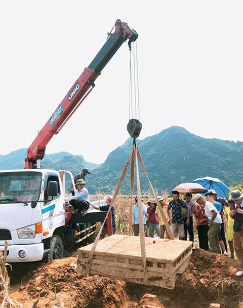 Bảo tàng Ninh Bình phải thuê máy cẩu mới đưa được chiếc sập lên khỏi mặt đất. Ảnh: Xuân Khang.