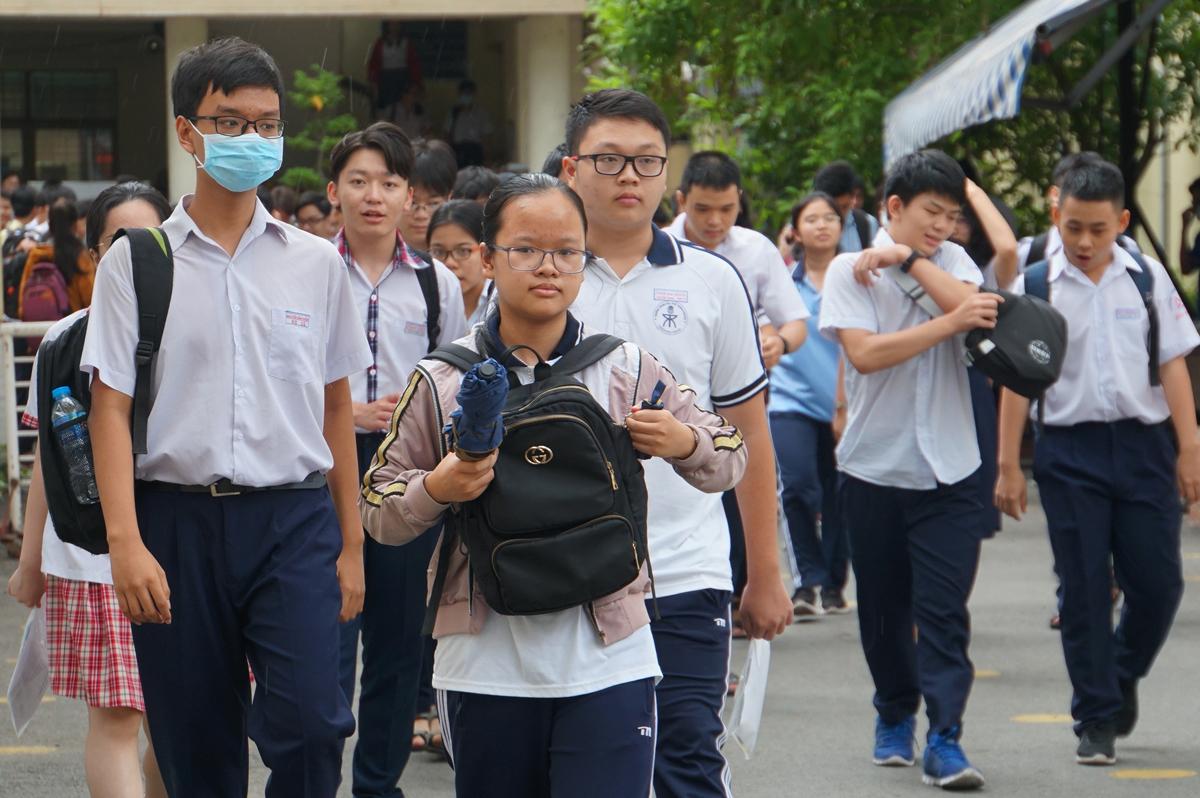Thí sinh rời phòng thi sau giờ thi Toán chuyên, trường Phổ thông Năng khiếu, trưa 13/7. Ảnh: Mạnh Tùng.