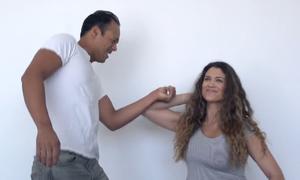 7 chiêu giúp phụ nữ thoát thân khi bị túm cổ tay