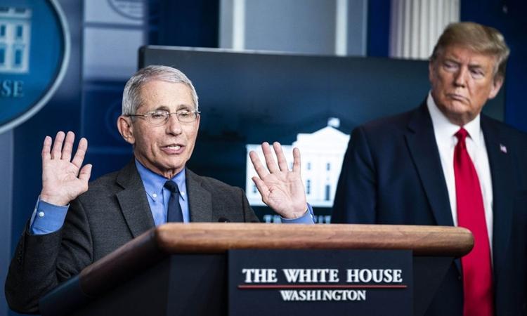 Cố vấn Y tế Nhà Trắng Fauci (trái) và Tổng thống Mỹ Trump trong cuộc họp báo ở Nhà Trắng hôm 13/4. Ảnh: ABC.