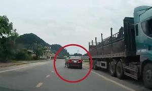 Ôtô va chạm xe máy băng qua đường