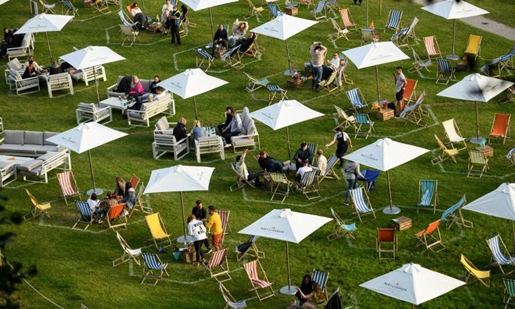 Người dân tập trung tại công viên Gisburne, miền bắc nước Anh, hôm 11/7. Ảnh: AFP.
