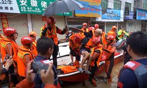 Dân Trung Quốc khốn khổ vì mưa lũ