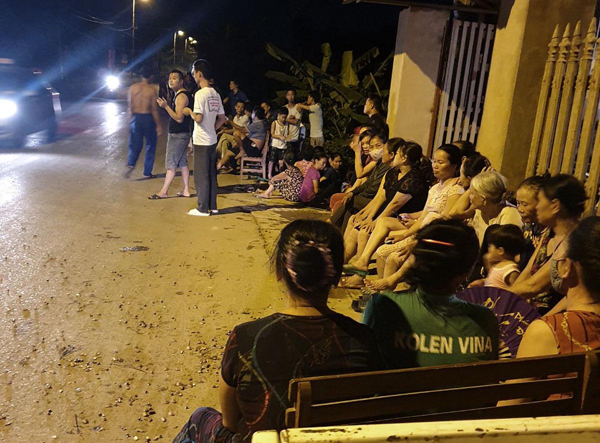 Người dân ở thôn 2, xã Hồng Kỳ, huyện Sóc Sơn tập trung ngăn xe vào bãi rác Nam Sơn tối 13/4. Ảnh: Xuân Thanh.