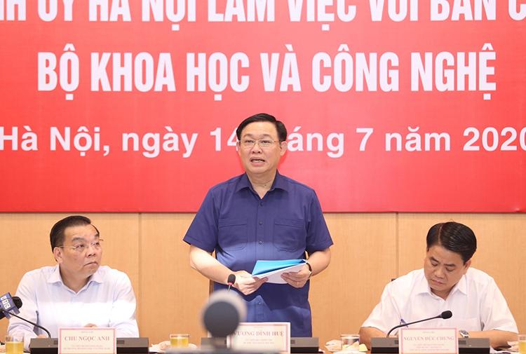 Bí thư Thành ủy Vương Đình Huệ điều hành buổi làm việc. Ảnh: MH.