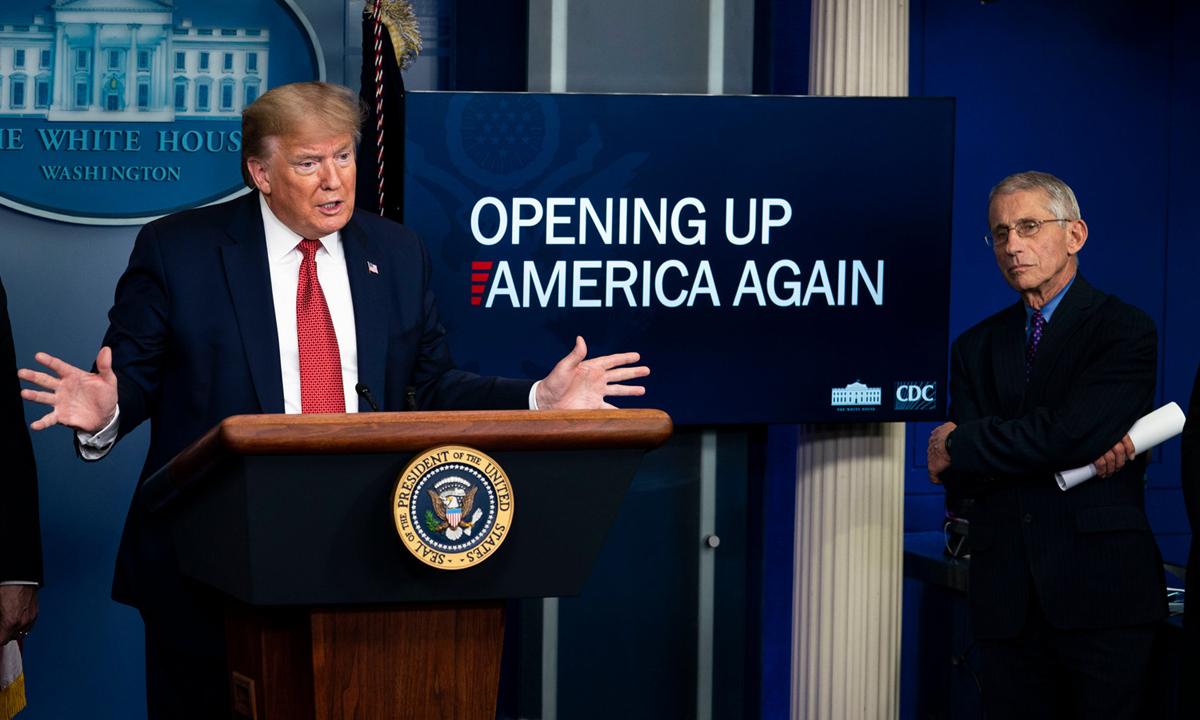 Tổng thống Donald Trump (trái) và cố vấn y tế Anthony Fauci tại họp báo Covid-19 ở Nhà Trắng, hồi tháng 4. Ảnh: NYTimes.