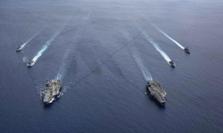 Tàu sân bay USS Ronald Reagan  và USS Nimitz cùng các chiến hạm hộ tống diễn tập tại Biển Đông, ngày 6/7. Ảnh:US Navy.