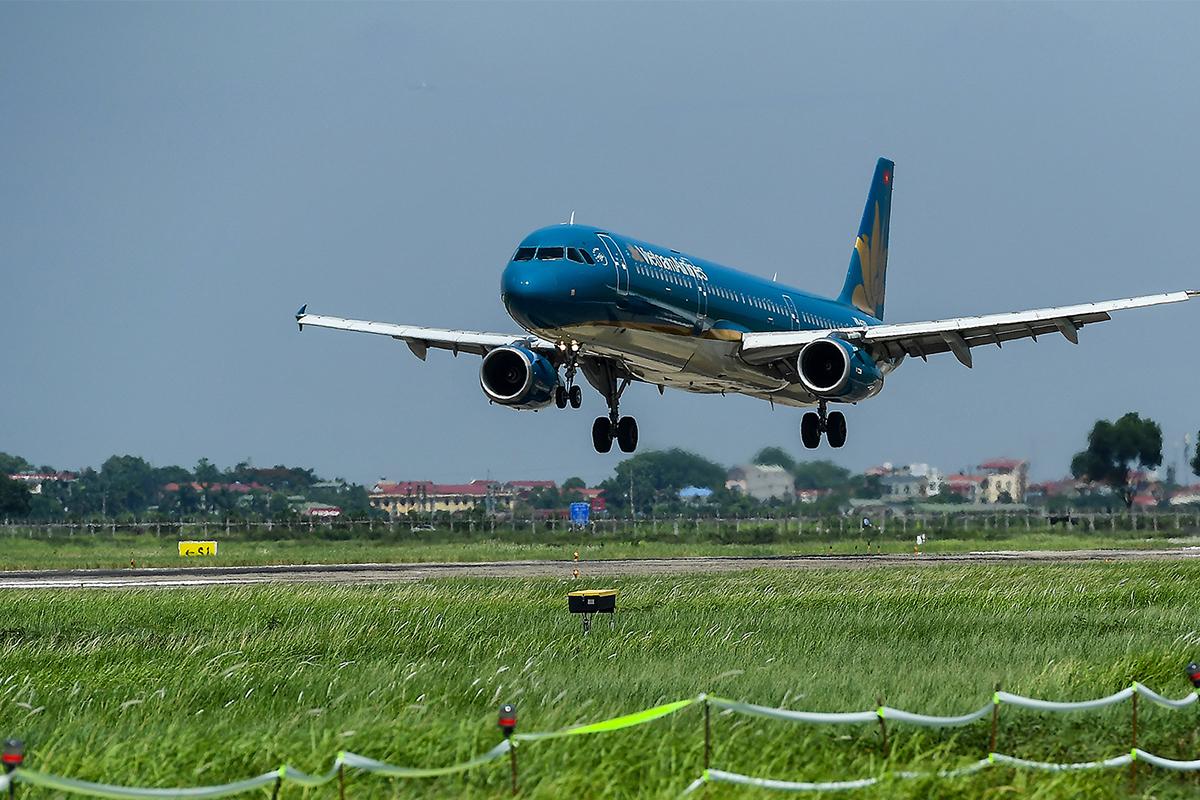 Sân bay Nội Bài vừa khai thác vừa sửa chữa đường băng. Ảnh: Giang Huy.
