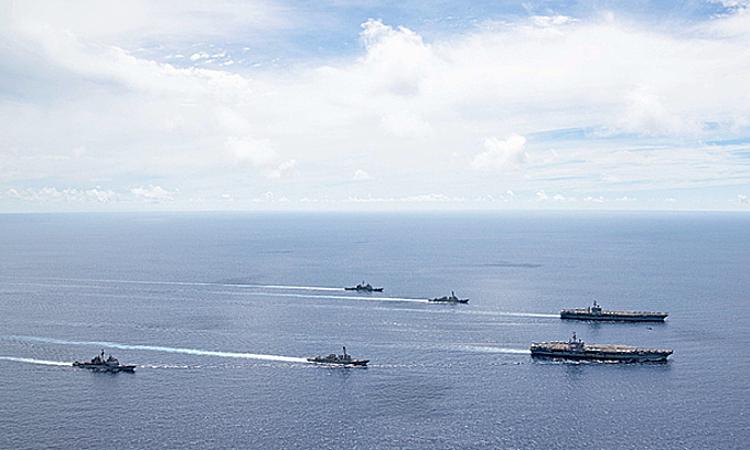 Tàu sân bay USS Ronald Reagan (phía trước, bên phải) và USS Nimitz (phía sau, bên phải) cùng các chiến hạm hộ tống diễn tập tại Biển Đông, ngày 6/7. Ảnh: US Navy.
