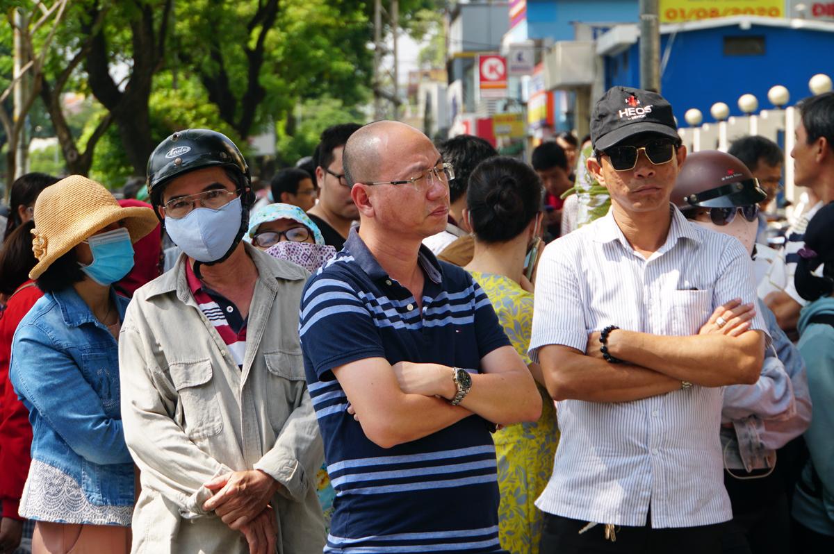 Hơn 200 phụ huynh đứng chờ con trong giờ thi môn Toán không chuyên ngày 11/7 tại điểm thi trường Đại học Khoa học Tự nhiên (Đại học Quốc gia TP HCM). Ảnh: Mạnh Tùng.