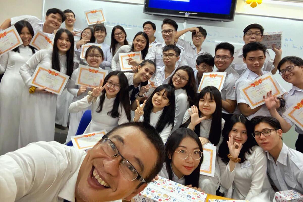 Thầy Nguyễn Viết Đăng Du và học sinh lớp 11A5 chụp ảnh kỷ niệm trong ngày tổng kết năm học. Ảnh: Ky Duyen.