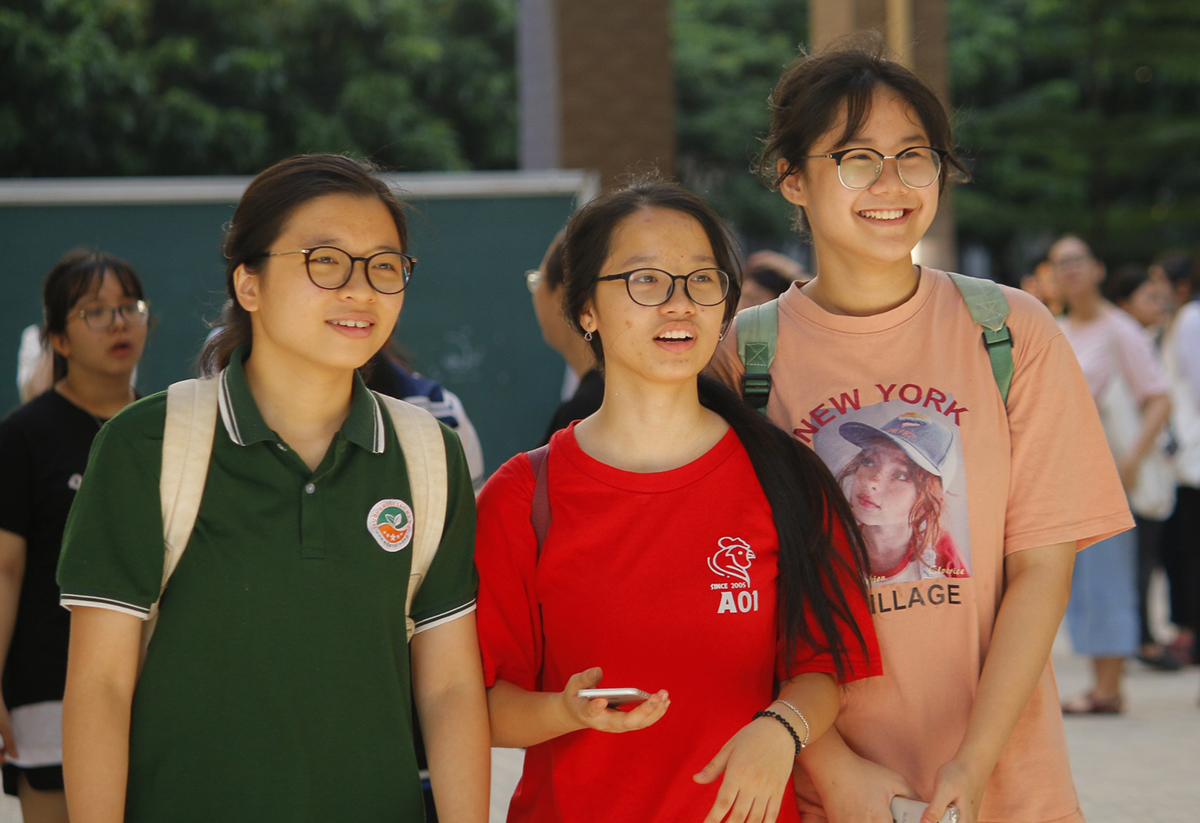 Thí sinh có mặt ở trường THPT chuyên Đại học Sư phạm Hà Nội sáng 14/7. Ảnh: Thanh Hằng.