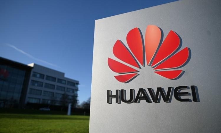 Logo Huawei tại văn phòng công ty ở Anh ngày 28/1. Ảnh: AFP.