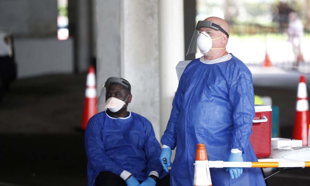 Các nhân viên y tế tại một trạm xét nghiệm nCoV lưu động ở thành phố St. Petersburg, bang Florida, Mỹ, hôm 8.7. Ảnh: AFP.
