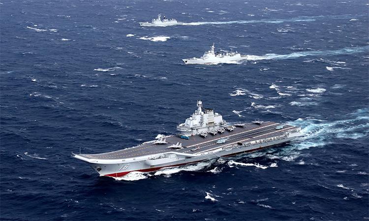 Tàu sân bay Liêu Ninh cùng chiến hạm hộ tống di chuyển tại khu vực Biển Đông, tháng 12/2016. Ảnh: Reuters.