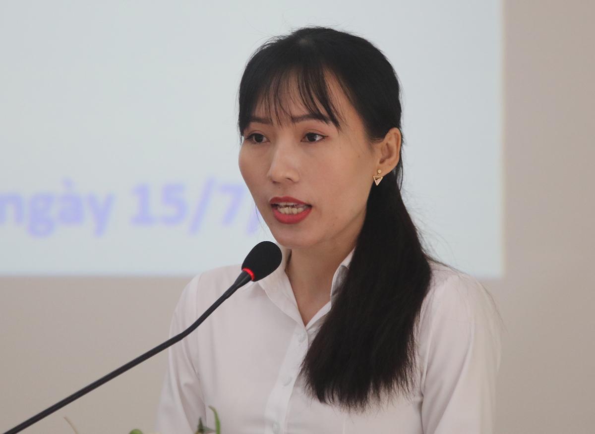 Nữ học viên Phan Thị Thu Thảo phát biểu tại buổi khai giảng sáng 15/7. Ảnh: Hạ Giang.