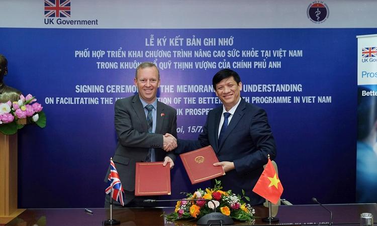 Quyền Bộ trưởng Y tế Nguyễn Thanh Long (phải) và Đại sứ Anh Gareth Ward tại lễ ký kết ở Hà Nội ngày 15/7. Ảnh: ĐSQ Anh.