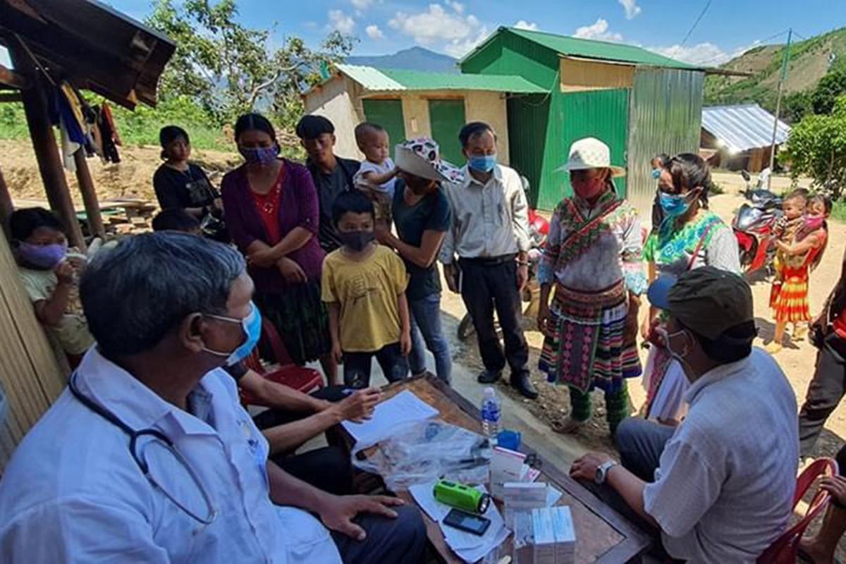 Cán bộ Y tế khám sàng lọc cho người dân huyện Krông Bông. Ảnh: Ngọc Oanh.