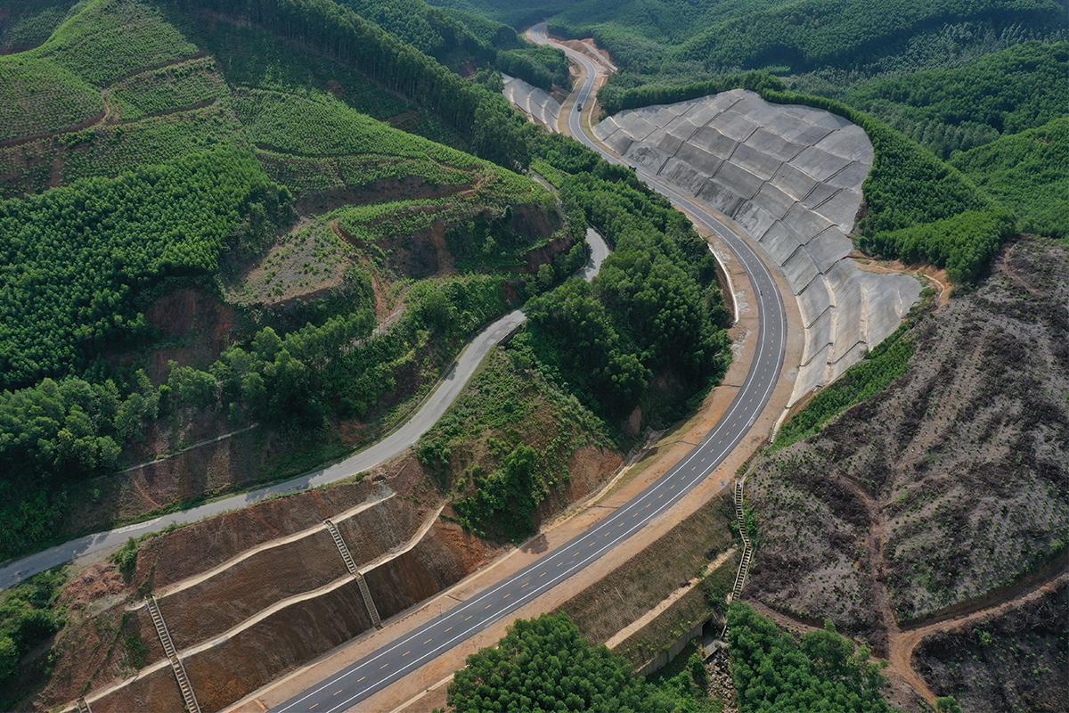 Cao tốc La Son - Túy Loan kết nối với các tốc Bắc Nam đang triển khai. Ảnh: Võ Thạnh.