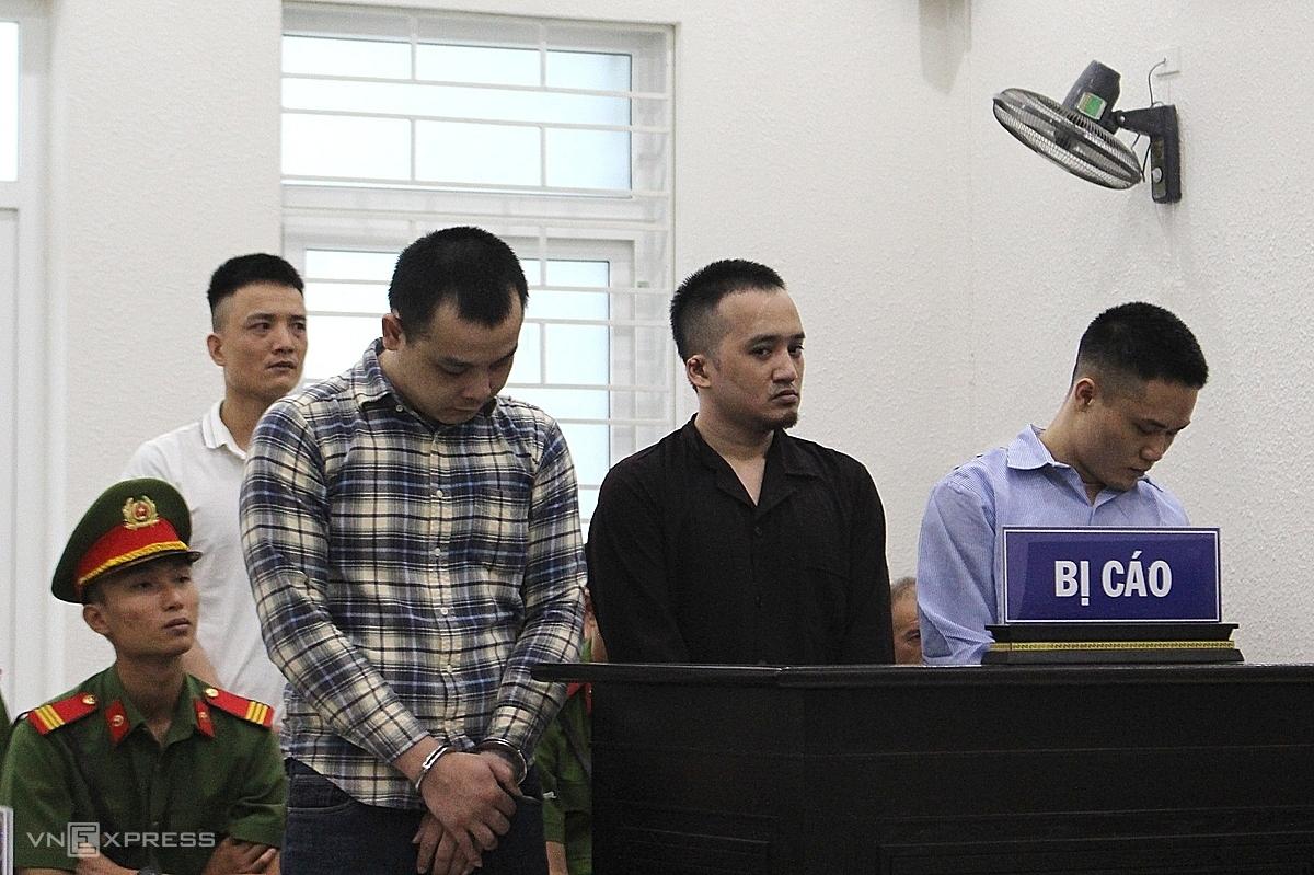 Các bị cáo tại phiên tòa ngày 15/7. Từ trái qua: Tuân, Chuyển, Hoàng. Hàng sau: Trung. Ảnh: Thanh Lam