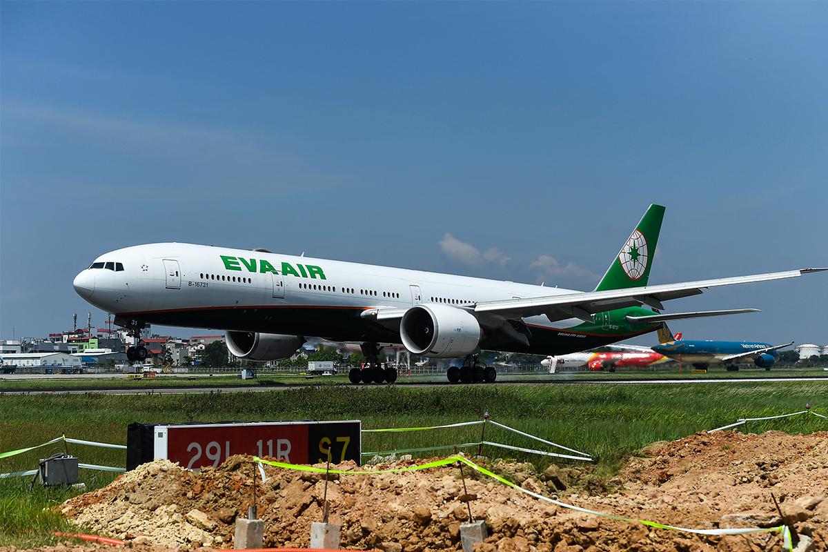 Sân bay Nội Bài vừa khai thác vừa thi công sửa chữa đường băng. Ảnh: Giang Huy.