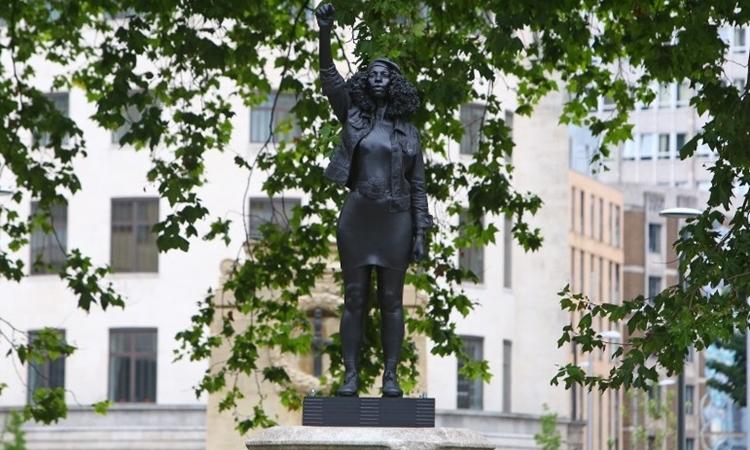 Bức tượng chống phân biệt chủng tộc được dựng lên trái phép tại thành phố Bristol, Anh, hôm 15/7. Ảnh: AFP.