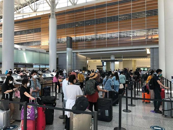 Công dân Việt Nam tại sân bay San Francisco, Mỹ, trước khi lên máy bay về nước. Ảnh:Bộ Ngoại giao Việt Nam.
